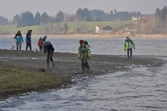 Wasserwacht bring Teichmuscheln in tieferes Wasser