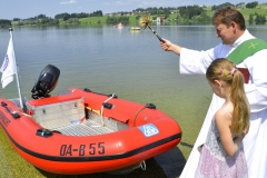 Diakon Georg Lechleiter segnete das neue Rettungsboot der WW Rottachtal