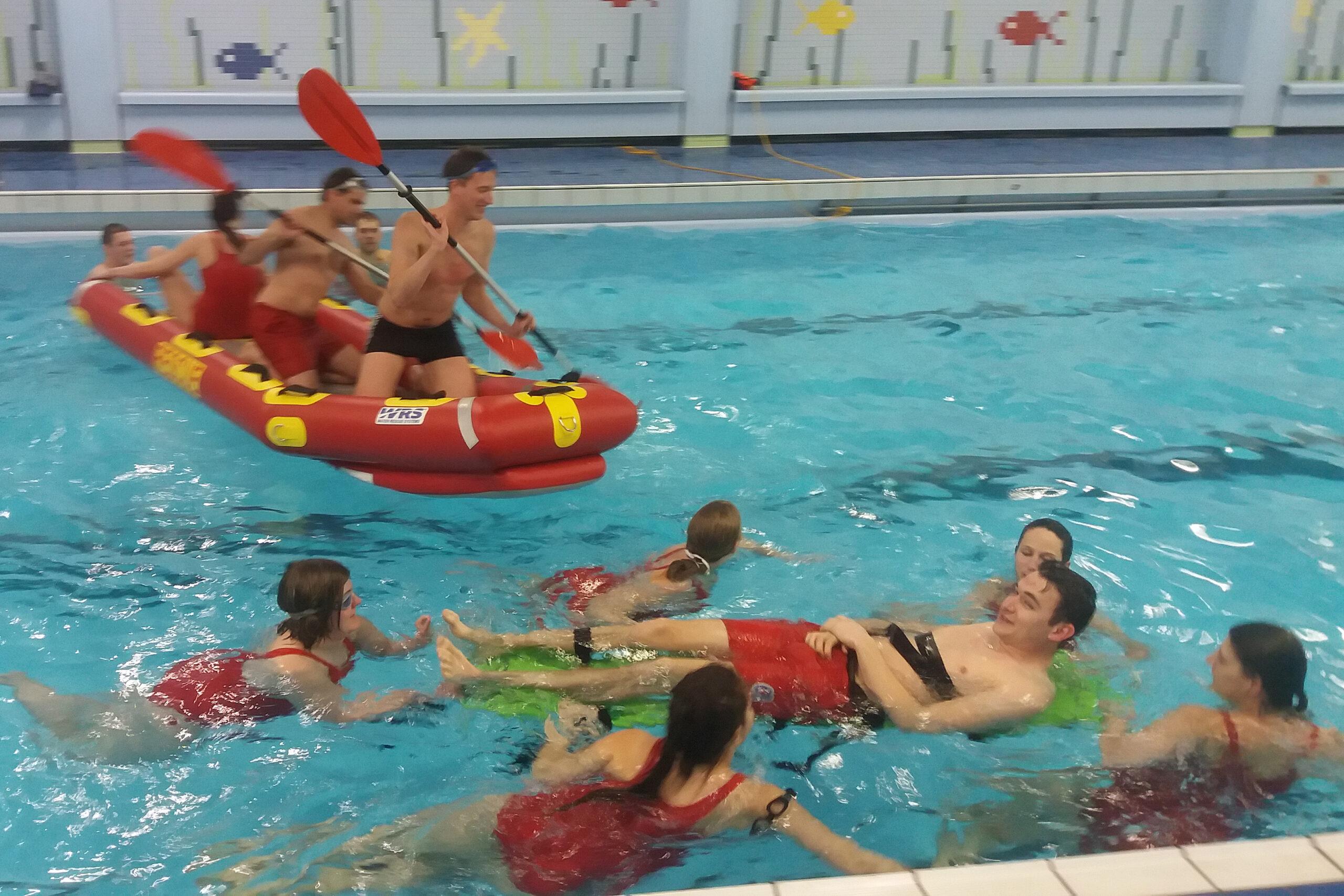 Wasserwacht Rottachtal trainiert im Hallenbad